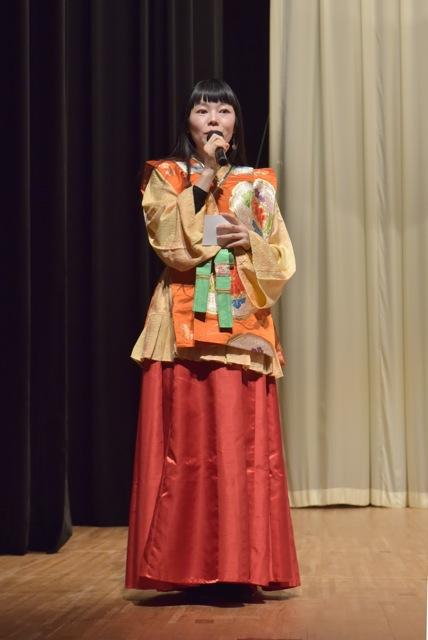 古代の衣装で司会をする福山阿英さん